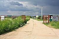 Въезд в коттеджный посёлок. Пост охраны. До участка 800 метров.